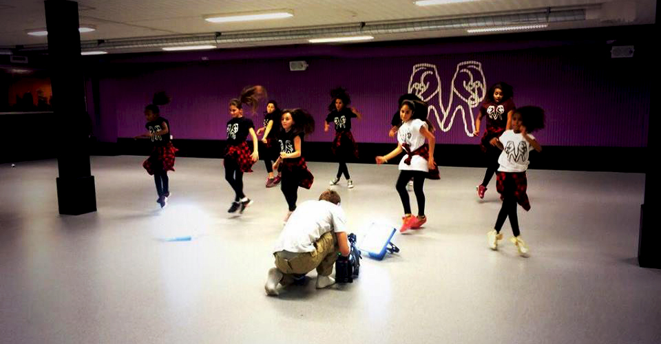 Tjejerna dansar i lokalen i Råslätt
