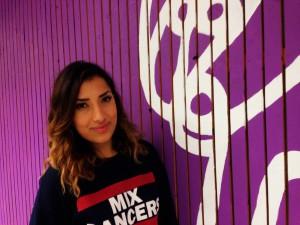 Sibel Akdogan står i danslokalen i Råslätt mot en vägg