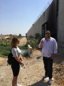 Moayad visar muren för Mia och Luljeta.